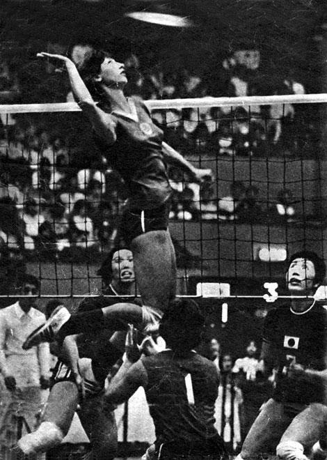 Любовь Тюрина в атаке против сборной Японии